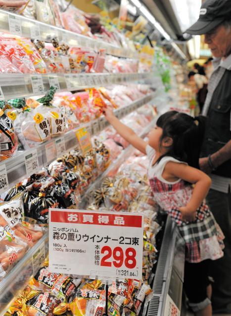 ハム・ソーセージの売り場=6月30日、大阪市内のスーパー