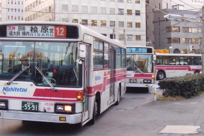JR博多駅前の折り返し場に入るため、待機する西鉄バス=2004年2月17日