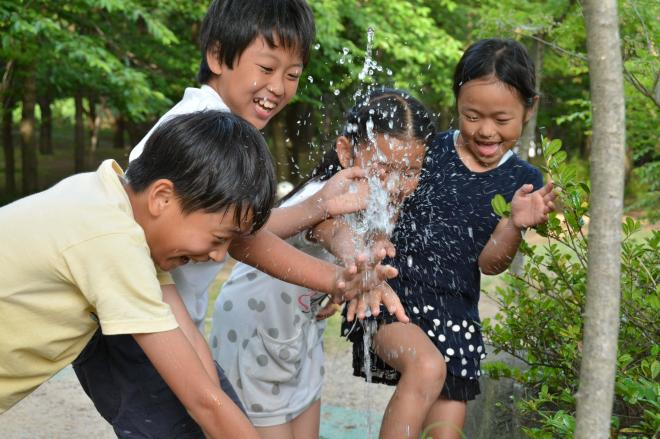 水遊びをする子どもたち=2014年6月2日、新潟市中央区の県立鳥屋野潟公園