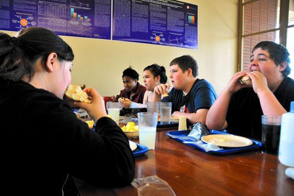 カフェでの昼食。ハンバーガーをほおばる子どもたちの顔は、その瞬間、生き生きしていた