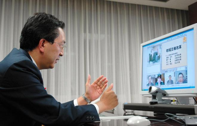 知事室のPCで意見交換する達増知事=2009年10月30日