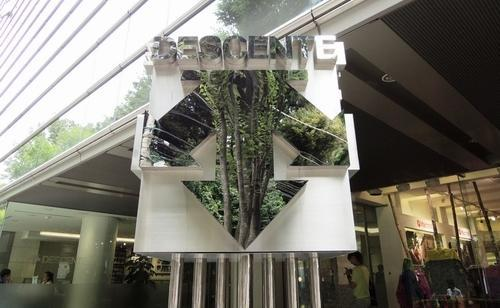 デサント東京オフィスの玄関前にあるロゴマーク