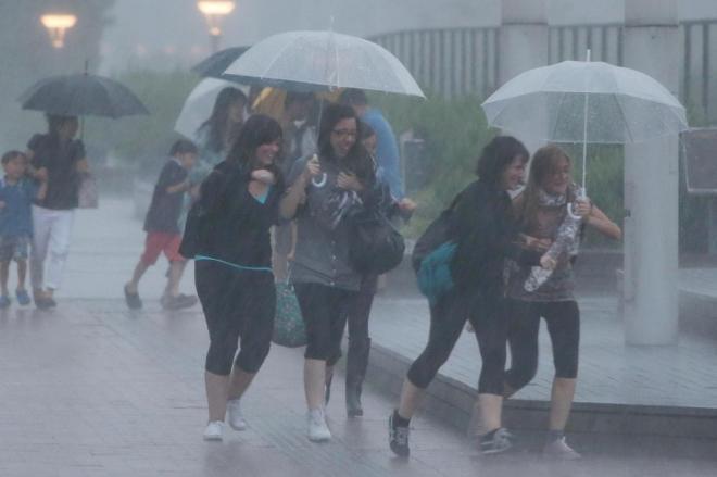 台風8号の接近を前に、足早に駅に向かう観光客ら=10日午後6時42分、東京都港区、遠藤啓生撮影