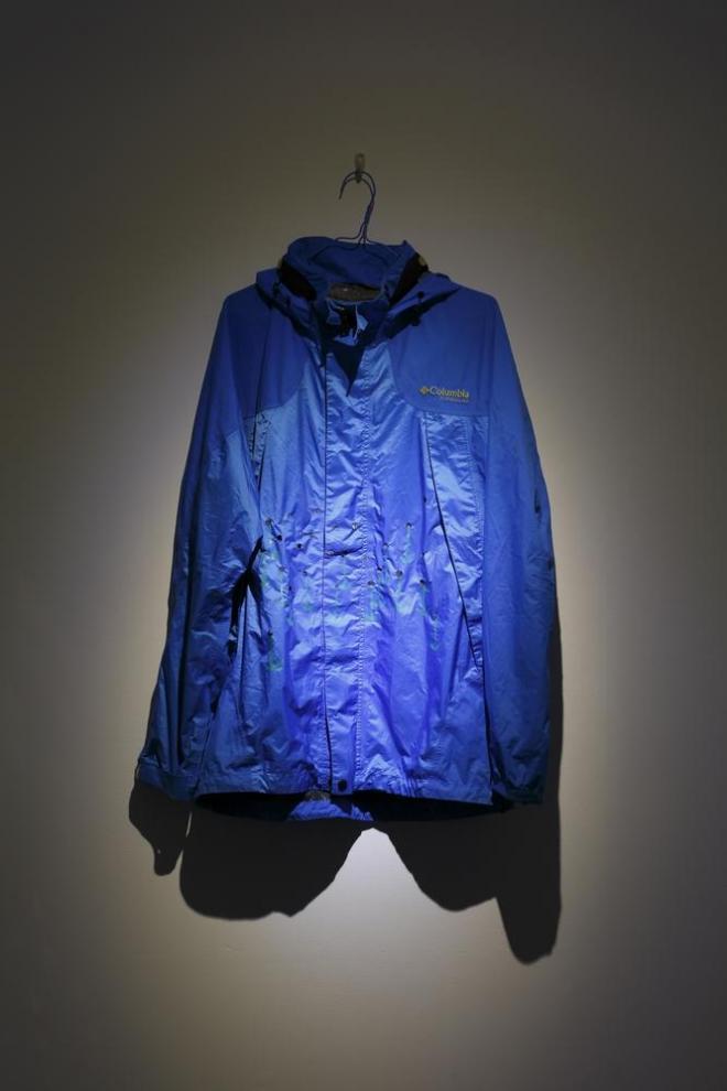 松田修 「コゲ花畑」 2014 コゲ跡のついた青いジャケット、養生テープ Photo: Kenji Morita