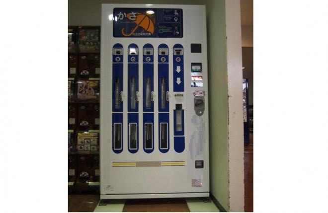 かさの自販機=佐賀県鳥栖市、山下知子撮影