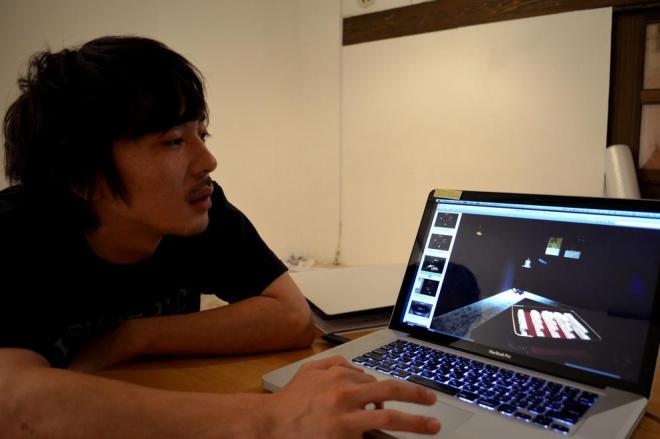 作品を説明する松田さん