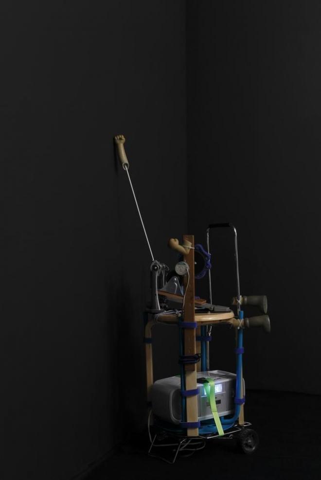松田修「無人壁ドン装置『むじどんくん』2号機【悲哀】」2014 椅子、ラジカセ、きゃりー、ドラムペダル、低速モーター、その他 Photo: Kenji Morita