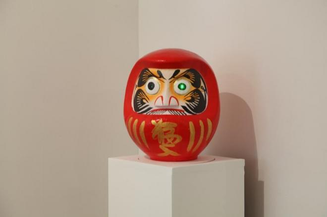 松田修 「その後のだるま」2012 だるま、レーザーポインター Photo: Yoko Asakai