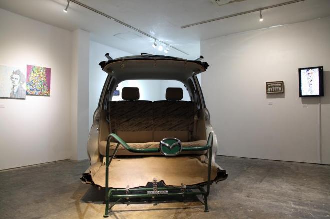"""松田修 「マツダの""""ニコイチ""""人力車」2012 廃車、リアカー Photo: Yoko Asakai"""