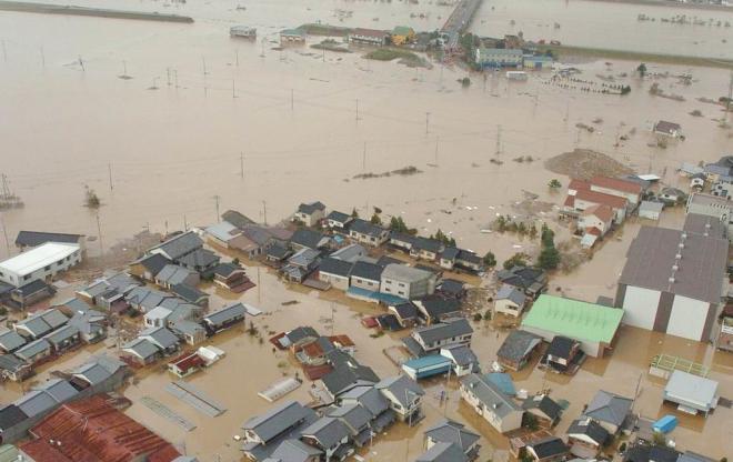台風23号で水没して孤立した住宅地=2004年10月21日、兵庫県豊岡市で