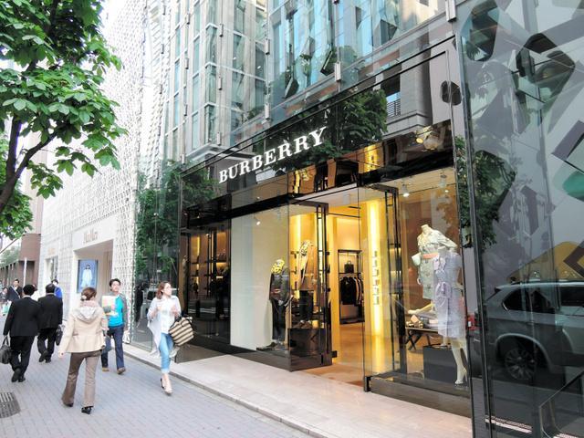 幅広い世代に人気がある高級ブランド、バーバリーの直営店