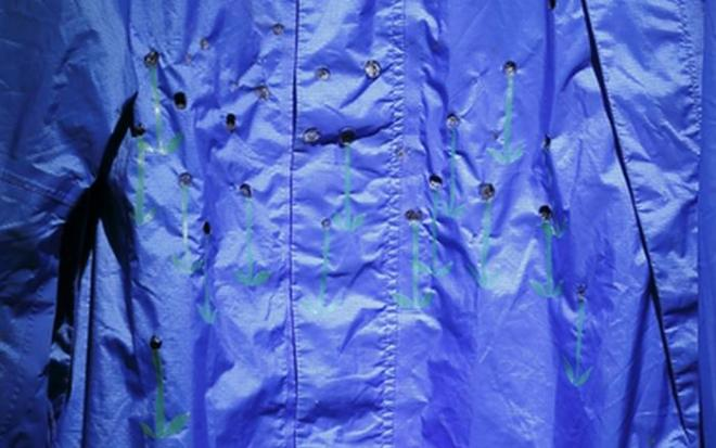 松田修 「コゲ花畑」※一部拡大  2014 コゲ跡のついた青いジャケット、養生テープ Photo: Kenji Morita