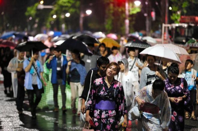 2013年の隅田川花火大会は浴衣姿の観客がずぶ濡れに・・・