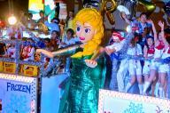 「アナと雪の女王」をテーマにした山車=2014年7月15日、熱海市