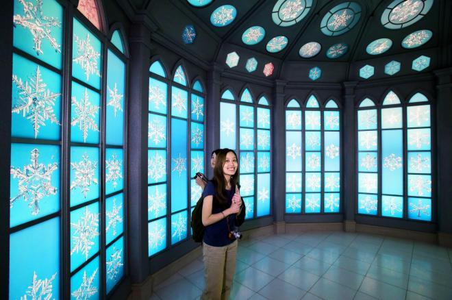 雪の結晶写真200枚が展示されているスノークリスタルルーム=2014年7月11日、北海道旭川市、堀英治撮影
