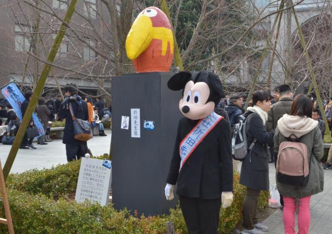 入試初日の25日朝には、ミッキーマウスに扮した「にせ折田先生」が現れた=2014年2月25日、左京区の京都大学