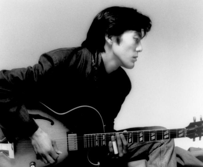 ギターをつま弾く生前の尾崎豊。若者らに絶大な人気があった