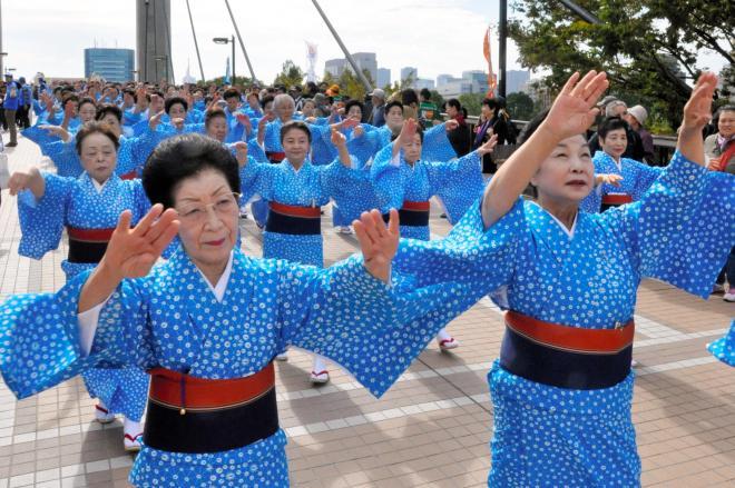 江東区民まつりで東京五輪音頭にあわせて踊る区民踊連盟の人たち=2013年10月19日、東京都江東区の都立木場公園