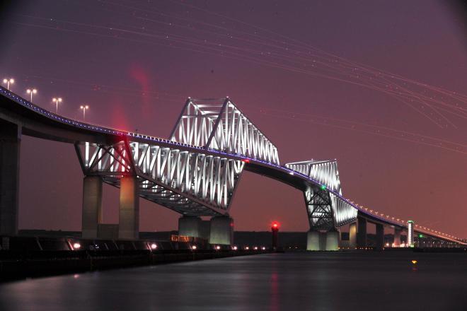 ライトアップされた東京ゲートブリッジ=2012年4月25日、東京都江東区、長時間露光