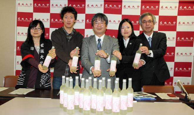 農学部では、学生らがカーネーションから日本酒を造り話題に