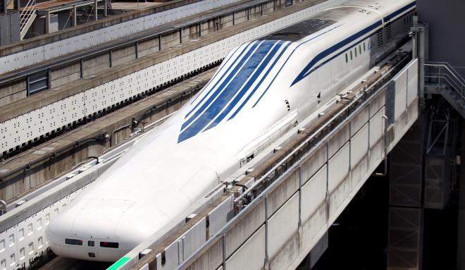 試験走行が公開されたリニア新幹線L0(エル・ゼロ)系=2013年8月29日、山梨県の実験線