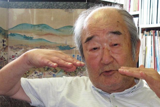 朝日新聞のインタビューに答える2012年8月撮影