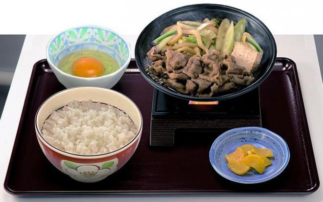 「すき家」が発売する「牛すき鍋定食」 。ワンオペ勤務の大きな負担になった=ゼンショー提供