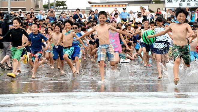 元気よく海に向かう子どもたち