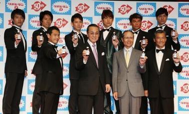 「リポビタンD」の発売50周年を記念して集まった歴代のCM出演者たち=2012年5月10日