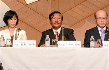 会見する第三者委員会のメンバー3人。村松邦子氏(左から)、久保利英明氏、国広正氏