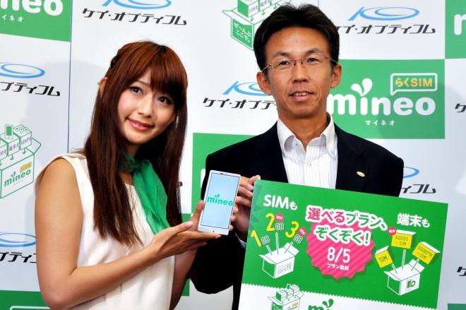 格安スマホの新しい料金プランや端末を発表したケイ・オプティコムの津田和佳氏(右)=2014年7月24日