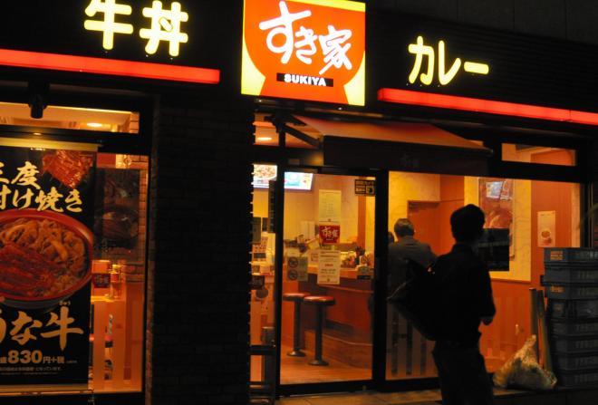ストライキを呼びかける動きがあった「すき家」の店舗では通常営業が行われた=2014年5月29日、東京都中央区