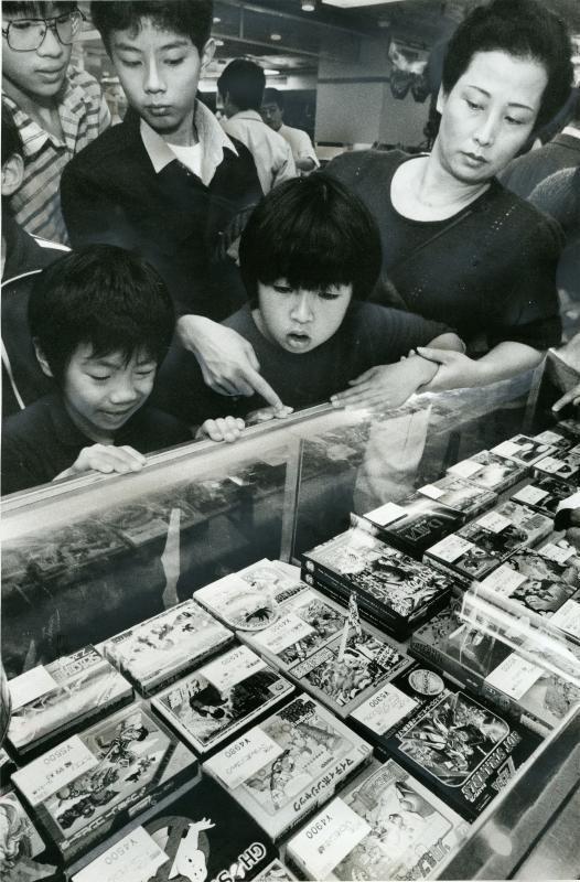 東京・池袋の百貨店で売り出されるファミコンソフト=1986年12月10日