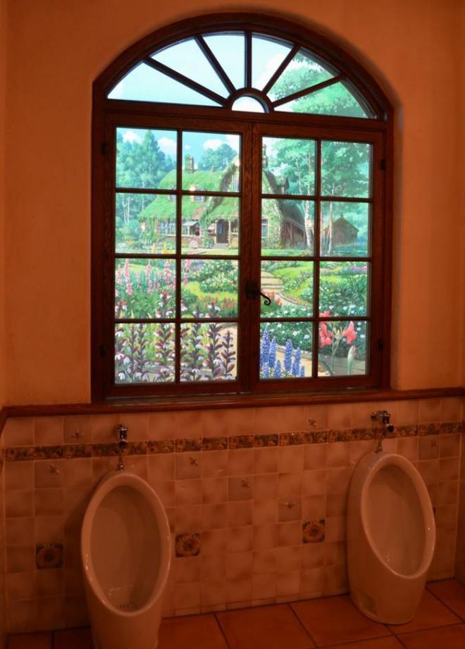 地下の女子トイレ。地下だけどある窓をのぞくと…