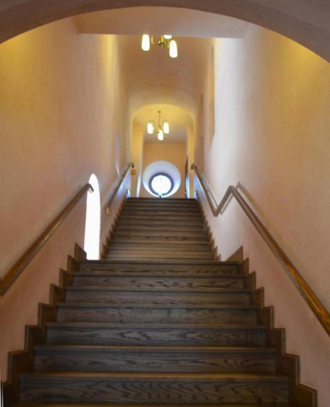 ジブリ美術館の中の階段。上に行くほど幅が狭くなっている