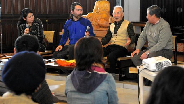 マタギの暮らしぶりを語る松橋吉太郎さん(右から2人目)ら=男鹿市船川港