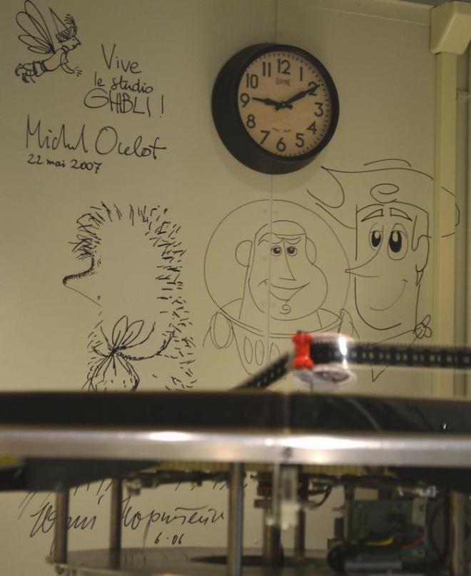 壁に残されたサインやイラスト。他にも海外のアニメーターのサインが