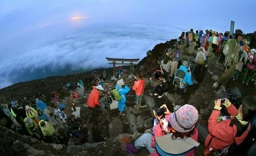 世界遺産、かすかなご来光 富士山が山開き
