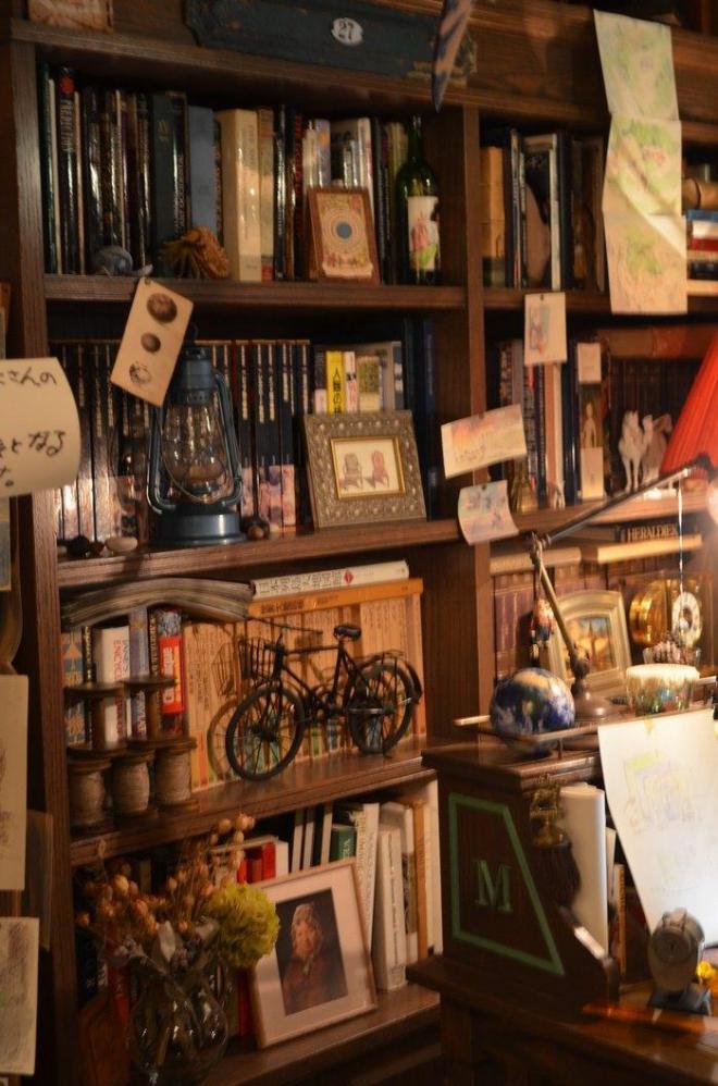 部屋に置かれた棚はおじいちゃんからもらったという設定。自分の好きなものも加わり、新しい形に変化していきます