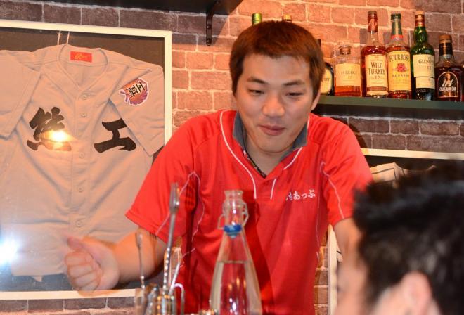 自分の店を新規開店した日、客と語り合う星子崇さん=熊本市