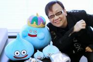 ドラゴンクエストのモンスター「スライム」たちとポーズを決める堀井雄二さん=2014年2月13日、東京・新宿、郭允撮影