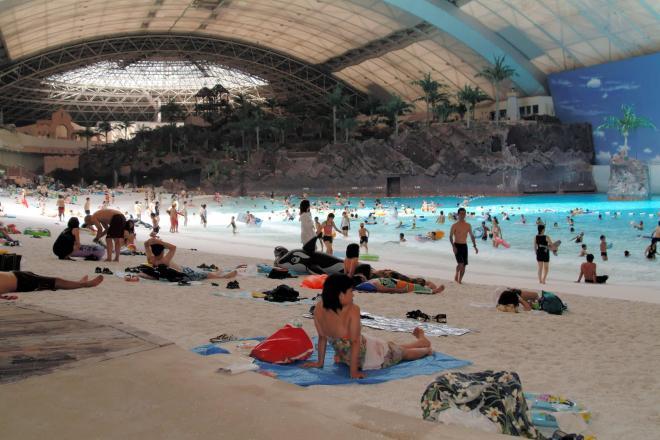 多くの人で賑わった人工ビーチ。2007年7月24日