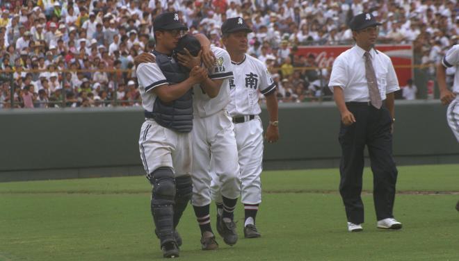 試合終了後、福岡真一郎投手を抱きかかえてベンチに戻る田村恵捕手(左)=1994年8月21日、阪神甲子園球場