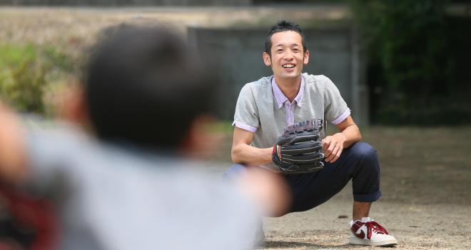 長男と野球を楽しむ藤田修平さん=山口県宇部市