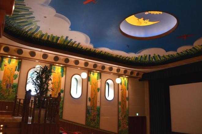 映画展示室「土星座」。子どもたちの初体験が怖くないようにと明るい内装だ