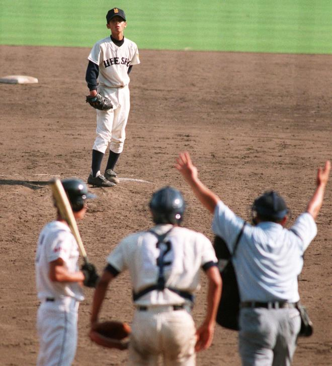 ボーク宣告の瞬間。後方でマウンドに立つ藤田投手。手前右が林球審=1998年8月16日、阪神甲子園球場