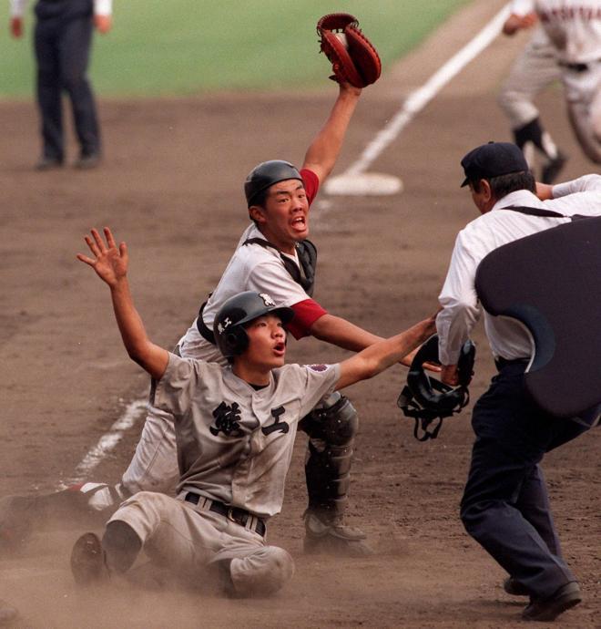 タッチアウトの瞬間。左右に両手を広げているのが熊本工の星子選手=1996年8月21日、阪神甲子園球場