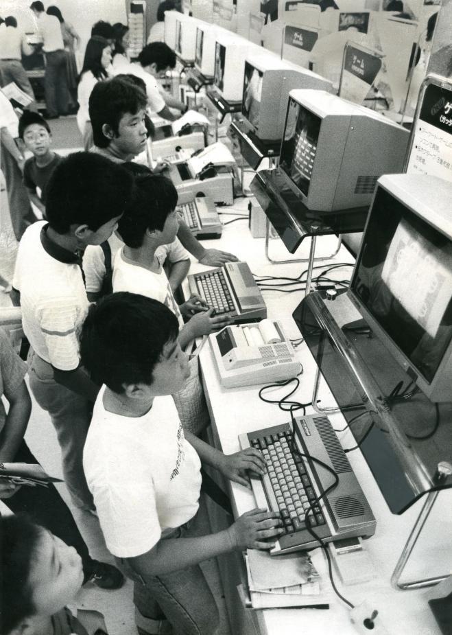 ずらりと並んだマイコンを操作する子どもたち。マイコン人気は子どもにも。ベンチャー・ビジネスの活躍の舞台はなお広がる=1983年11月ごろ撮影