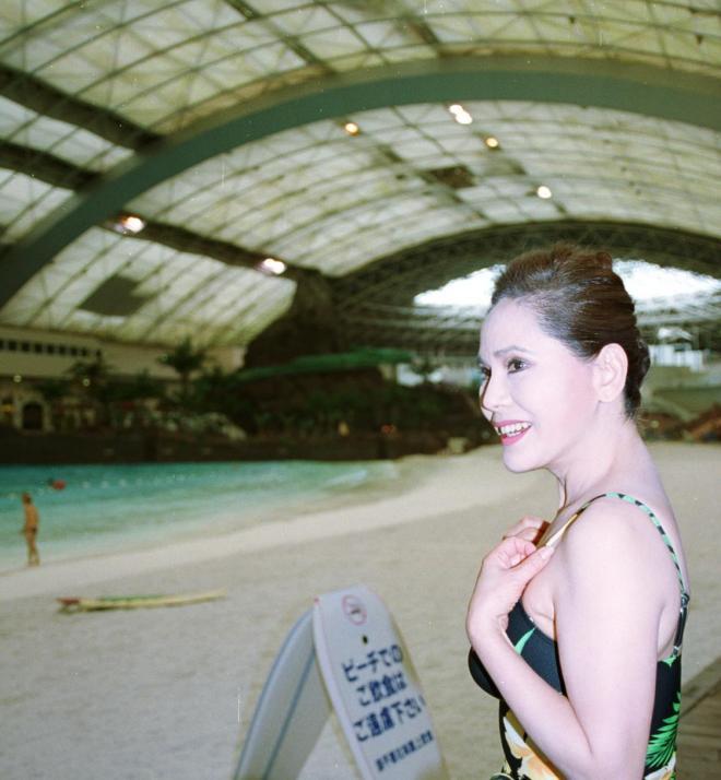 オーシャンドームで水着姿を披露したデヴィ夫人。2001年2月22日撮影