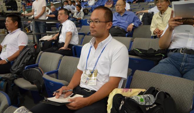 真剣な表情で大学野球をみる田村恵さん=東京ドーム